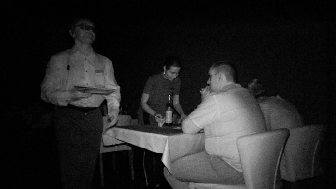 Restauracja w ciemności. Niewidomi wprowadzają do swojego świata
