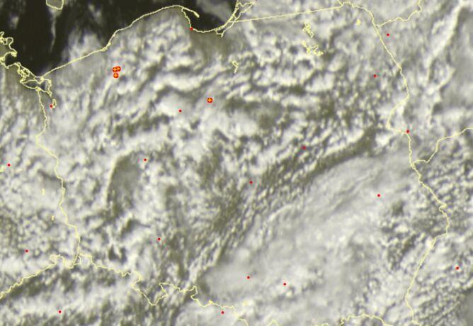 Wyładowania atmosferyczne nad Polską ok. godziny 13. Oznaczone żółtymi plusami (sat24.com)