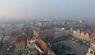 """""""Dobrze, że nie palę papierosów, bo byłoby jeszcze gorzej"""". Gęsty smog nad Wrocławiem"""