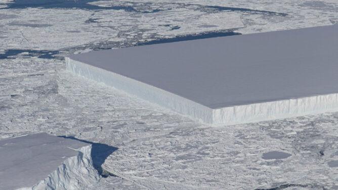 Prostokątna góra lodowa <br />zaskakuje nie tylko kształtem